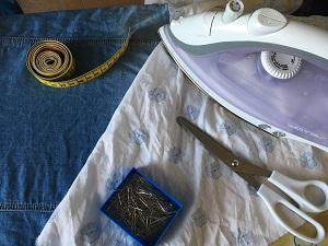 material, einfache mundschutzmaske, stoff, nähmaschine, maßband, stecknadeln, bügeleisen