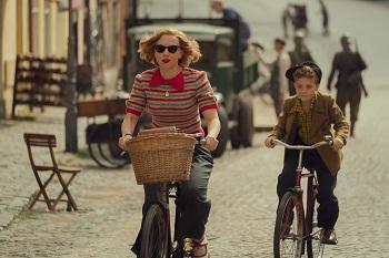 Scarlett Johansson und Roman Griffin Davis fahren Rad im Film jojo Rabbit