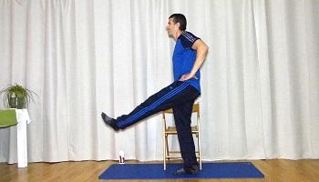 Mobilisation Hüftgelenk, Beine kreisen lassen, Festhalten am Sessel
