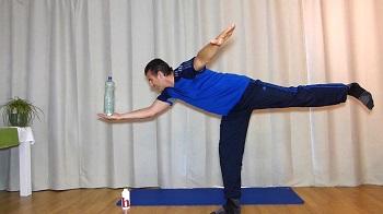 Standwaage mit Wasserflasche auf der Hand balanciert, Workout mit Flasche, zuhause