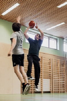 Zwei Basketballspieler im JUFA Anneberg