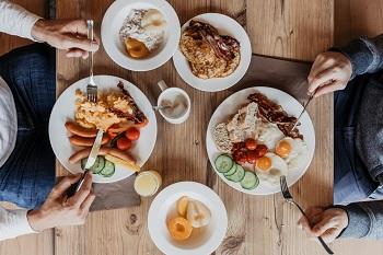 Frühstück im JUFA Hotel Annaberg, Würstel, Eier, Kompott