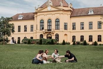 Anstoßen in der Wiese vor Schloss Eckartsau, Marchfelder Schlösserreich