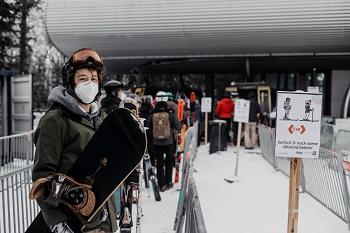 Talstation Zauberberg Semmering, Snowboarder, Warteschlange, Maske, Schild zur Abstandregel