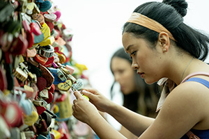 lara jean, lana condor, liebe, brücke, teenager, romanze