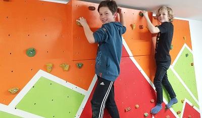 Kletterwand fertig mit Klettergriffen, Kinder klettern darauf