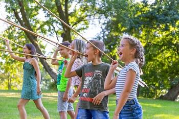 Kinder beim Speerwerfen beim Erlebniswochenende am Freigelände Schloss Asparn/Zaya.