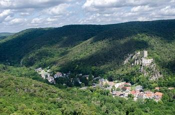 Blick von der Ruine Rauheneck auf den Wienerwald, das Helenental und die Burgruine Rauhenstein