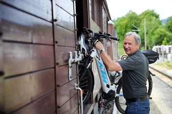 Fahrradmitnahme im Ötscherbär, Mann beim Radwagen