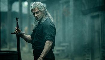 the witcher, der hexer, netflix, fantasy, serie, staffel 1, henry cavill, schwert, weiße haare,