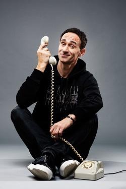 Ö3 Callboy Gernot Kulis mit Telefon