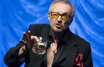 Josef Hader mit Rum und Brille in seinem neuen Programm
