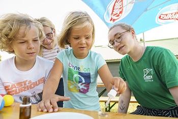 Forscher Werkstatt im JUFA Kids Club, Experiment mit Wasser und Münze