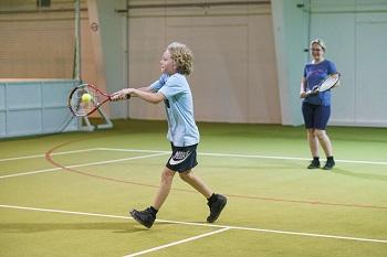 Bub spielt Tennis im JUFA Hotel Erlaufsee