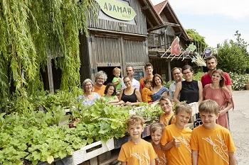 Familie Zoubek vor ihrem ADAMAH BioHof in Glinzendorf