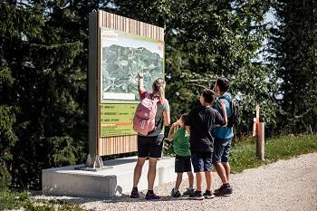 Familie vor Karte am Hennesteck in Annaberg, Mostviertel