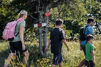 Familie wandert am Herzerlweg in Annaberg