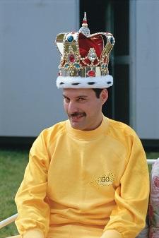 Freddie Mercury mit Krone