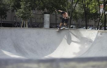Andi Tucek im Skatepool im Stefan Weber Park beim Margaretengürtel in Wien