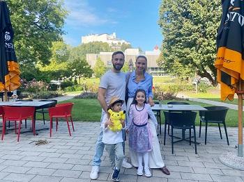 Familie im JUFA Hotel Salzburg mit Blick auf die Festung Hohensalzburg