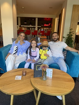 Familie in der Wolferls Lounge im JUFA Hotel in Salzburg